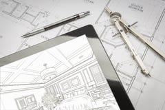 Tabuleta do computador que mostra a ilustração em planos da casa, lápis da sala Imagens de Stock Royalty Free