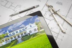 Tabuleta do computador que mostra a imagem em planos da casa, lápis da casa, comp(s) Fotografia de Stock Royalty Free