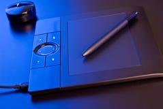Tabuleta do desenho na luz azul Fotos de Stock