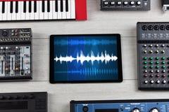 Tabuleta e instrumentos de música eletrônica imagem de stock royalty free