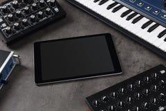 Tabuleta e instrumentos de música eletrônica imagens de stock royalty free