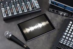 Tabuleta e instrumentos de música eletrônica fotos de stock royalty free
