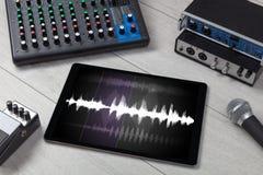 Tabuleta e instrumentos de música eletrônica imagens de stock