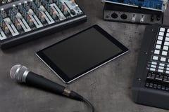 Tabuleta e instrumentos de música eletrônica fotos de stock