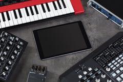 Tabuleta e instrumentos de música eletrônica imagem de stock