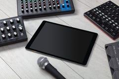 Tabuleta e instrumentos de música eletrônica fotografia de stock royalty free