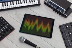 Tabuleta e instrumentos de m?sica eletr?nica fotografia de stock royalty free