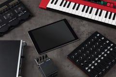 Tabuleta e instrumentos de m?sica eletr?nica fotos de stock royalty free