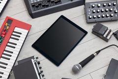 Tabuleta e instrumentos de m?sica eletr?nica foto de stock royalty free