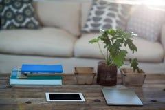 Tabuleta e portátil de Digitas em uma tabela Foto de Stock