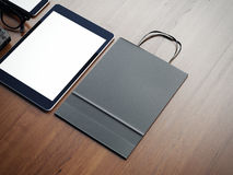 Tabuleta e saco de papel no fundo de madeira 3d Fotos de Stock Royalty Free