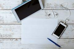 Tabuleta e telefone celular com uma tela vazia em uma tabela Foto de Stock Royalty Free
