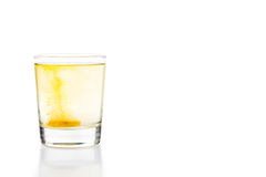 A tabuleta efervescente da vitamina C borbulha no vidro da água Foto de Stock Royalty Free