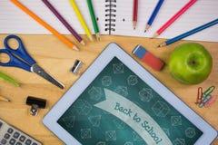 Tabuleta em uma tabela da escola com ícones da escola na tela Fotografia de Stock
