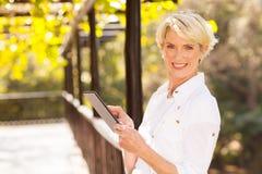 Tabuleta envelhecida meio da mulher Fotografia de Stock