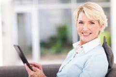 Tabuleta envelhecida meio da mulher Fotos de Stock