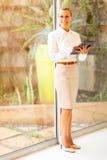 Tabuleta envelhecida meio da mulher de negócios Fotografia de Stock