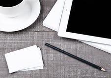 Tabuleta gráfica com os cartões de papel e o café do lápis Imagem de Stock