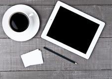 Tabuleta gráfica com os cartões de papel e o café do lápis Imagens de Stock