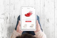 Tabuleta nas mãos da mulher com o app de compra do comércio eletrónico fotografia de stock royalty free