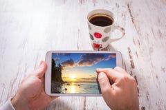 Tabuleta nas mãos e no café preto Fotos de Stock