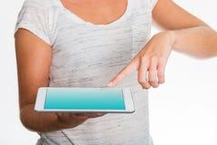 Tabuleta que apresenta pela mulher com dedo Foto de Stock