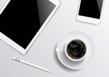 Tabuleta-Smartphone-café-pena na opinião superior do fundo cinzento Fotos de Stock