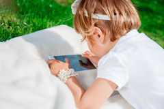 Tabuleta, smartphone, telefone para jogar e educação da posse da criança Imagem de Stock
