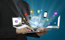 Tabuleta tocante da mão do negócio com ícones e commun sociais dos meios Imagens de Stock Royalty Free