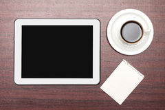 Tabuleta vazia e uma xícara de café no escritório Fotografia de Stock Royalty Free