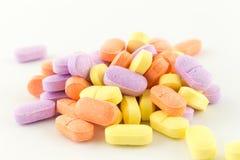 Tabuletas antibióticas coloridas no branco Fotografia de Stock Royalty Free