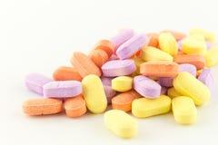 Tabuletas antibióticas coloridas no branco Foto de Stock