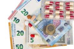 Tabuletas brancas e vermelhas com cédulas e moedas do Euro Foto de Stock Royalty Free
