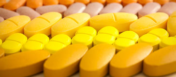 Tabuletas coloridas com cápsulas Foto de Stock