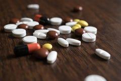 Tabuletas coloridos Produtos médicos para manter a boa saúde e o bem estar Fotos de Stock Royalty Free