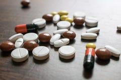 Tabuletas coloridos Produtos médicos para manter a boa saúde e o bem estar Imagens de Stock