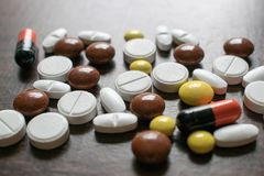 Tabuletas coloridos Produtos médicos para manter a boa saúde e o bem estar Fotografia de Stock