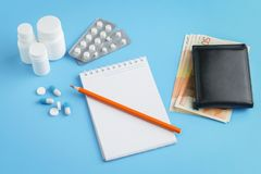 Tabuletas, comprimidos, cápsulas, comprimidos com lápis e cédulas de 50 euro imagens de stock royalty free