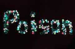 Tabuletas, comprimidos e cápsulas, que criam o veneno da palavra, no fundo preto Imagens de Stock