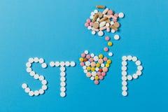 Tabuletas da medicamentação no fundo da cor Conceito da saúde, tratamento, escolha, estilo de vida saudável foto de stock royalty free