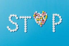 Tabuletas da medicamentação no fundo da cor Conceito da saúde, tratamento, escolha, estilo de vida saudável foto de stock