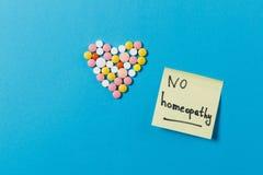 Tabuletas da medicamentação no fundo da cor Conceito da saúde, tratamento, escolha, estilo de vida saudável imagens de stock royalty free