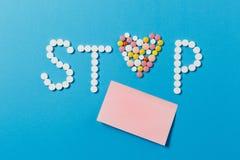Tabuletas da medicamentação no fundo da cor Conceito da saúde, tratamento, escolha, estilo de vida saudável fotografia de stock