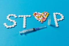 Tabuletas da medicamentação no fundo da cor Conceito da saúde, tratamento, escolha, estilo de vida saudável fotos de stock