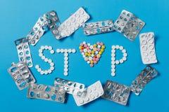 Tabuletas da medicamentação no fundo da cor Conceito da saúde, tratamento, escolha, estilo de vida saudável imagens de stock