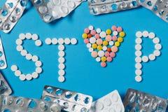 Tabuletas da medicamentação no fundo da cor Conceito da saúde, tratamento, escolha, estilo de vida saudável imagem de stock