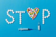 Tabuletas da medicamentação no fundo da cor Conceito da saúde, tratamento, escolha, estilo de vida saudável fotos de stock royalty free