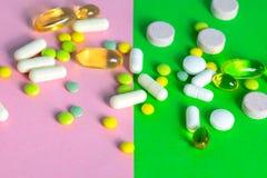 Tabuletas e cápsulas das cores diferentes dispersadas foto de stock
