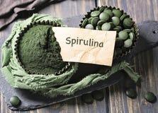 Tabuletas e pó de Spirulina imagens de stock