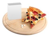 Tabuletas e pizza apetitosa em um splate de madeira Fotografia de Stock